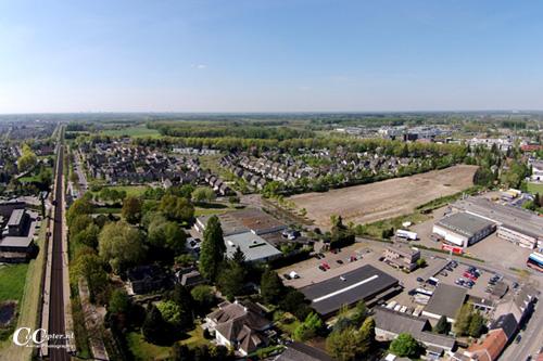 Ten noorden van het spoor ligt al enige jaren het zgn. Tex-Decoterrein.  Nu nog als een grote kale vlakte in de wijk. Vanaf september dit jaar komt het terrein beschikbaar als bouwgrond (Foto CoCopter.nl).